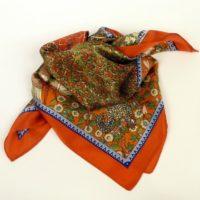 Mała apaszka gawroszka damska, przepełniona wzorami, nasycona kolorami.