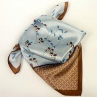 Apaszka damska, mała, jedwabna gawroszka w romantyczny wzór kwiatowy, w błękitnym kolorze.