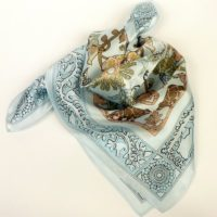 Pastelowa apaszka gawroszka jedwabna z bajkowym wzorem, damska, błękitna.