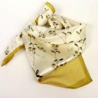 Delikatne kolory i wzór kwiatowy na małej apaszce gawroszce z jedwabiu.