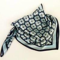 Jedwabna apaszka gawroszka damska w odcieniach niebieskiego, z uporządkowanym wzorem.