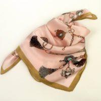 Damska apaszka gawroszka jedwabna w modnym połączeniu kolorystycznym, z wzorem barwnych medalionów.