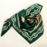 Apaszka gawroszka jedwabna, damska, z dominującym, zielonym kolorem i różnymi wzorami.