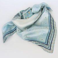 Damska apaszka jedwabna z regularnym wzorem, pastelowa, w odcieniach niebieskiego.