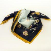 Damska apaszka jedwabna z kobiecym wzorem kwiatowym z doddatkiem muszelek