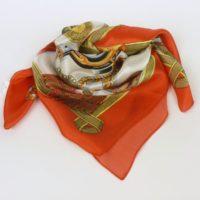 Damska apaszka jedwabna z oryginalnym motywem, w ciepłych barwach.
