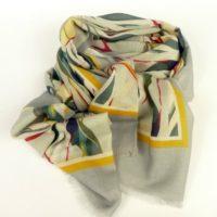 Cienki, damski szal z wełny, kolorowe liście. Elegancki, z dynamicznym wzorem.