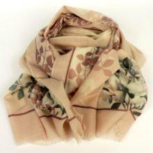 Cienki, elegancki szal damski z wełny, w kobiecym odcieniu pastelowego różu.