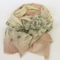 Cienki i ciepły szal damski z wełny w delikatnych kolorach, z kwiatowym wzorem