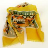 Cienki, ciepły szal z wełny, bardzo kolorowy, w geometryczne wzory z żółtą obwódką.