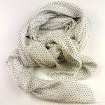 Cienki szalik w kropeczki biały (1)