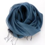 Cienki szalik z ozdobną listwą niebieski (3)