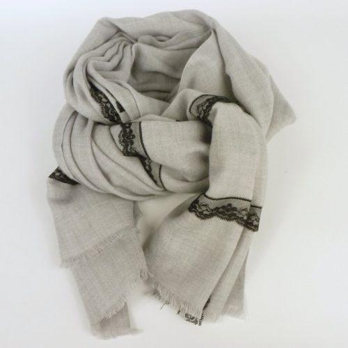 Ciepły szal damski, jesienno-zimowy z koronką. W popularnym, popielatym kolorze z wełny i akrylu.