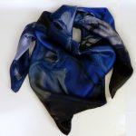 Jedwabna apaszka z kwiatem niebieska (6)