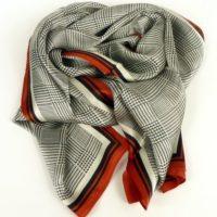 Elegancki szalik damski w kratkę, jedwabny, lekki i zwiewny w klasycznych kolorach.