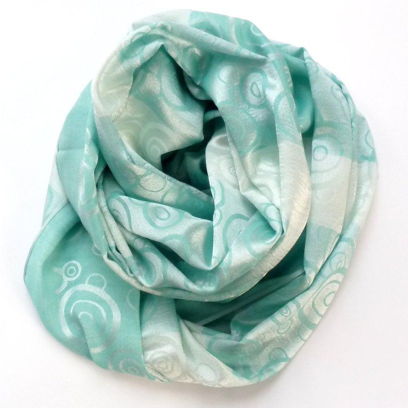 Zielony szal – modny i na czasie.
