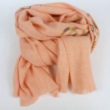 Ciepły, gruby szal damski, zimowy, w morelowym odcieniu z haftem.