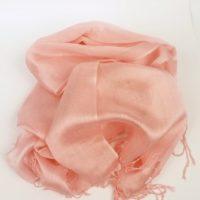 Cienki i elegancki szal do sukienki w pastelowym odcieniu jasnego różu