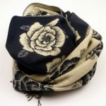 Szal dwustronny róże granatowo-biały (1)