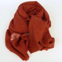 Czerwony szal damski jesienno-zimowy z dodatkiem wełny.