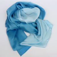 Elegancki i luksusowy szal damski, cieniowany, jedwabny, niebieski, wielosezonowy.