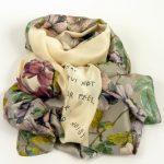 Szal jedwabny z motto i kwiatami kontrastowy (3)