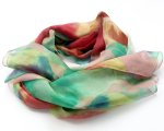 Zwiewny szal w pięknych kolorach
